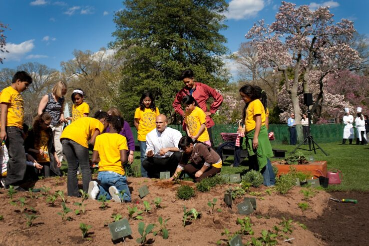 Michelle Obama  Sam Kass show Bancroft students how to plant a garden 4 9 09